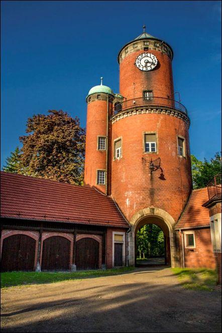 Wieża ciśnień w Brynku znajdująca się w zespole pałacowo-parkowym założonym przez księcia Adolfa zu Hohenlohe-Ingelfingen. Wieża wybudowana została w 1906 r., na planie koła, ze stożkowym hełmem, i odrębną kolistą wieżyczką klatki schodowej. W podstawie wieży znajduje się brama.