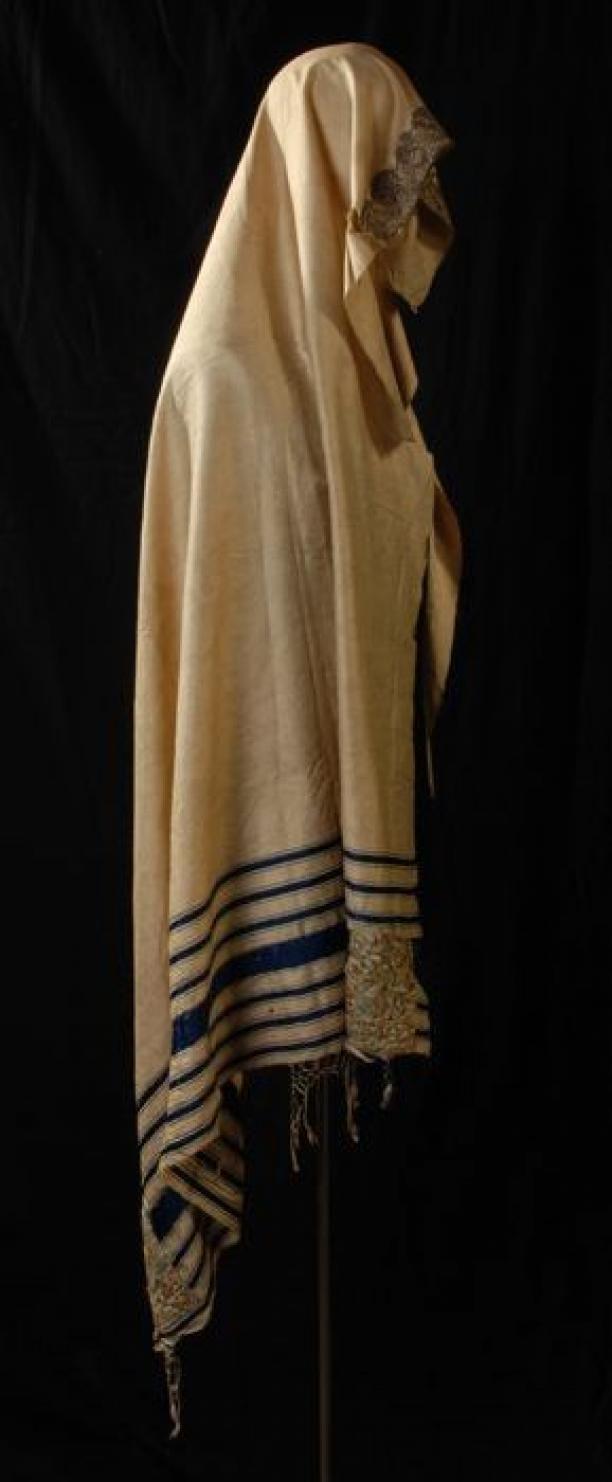 Joodse gebedssjaal of tallit gadol van witte zijde met goud- en zilverborduursel | Modemuze