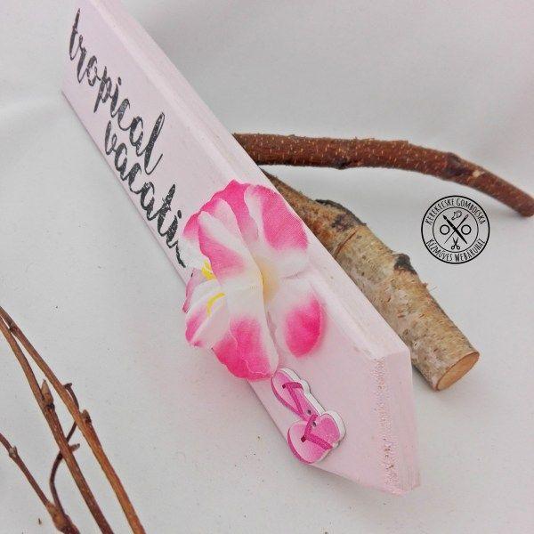"""""""Trópusi vakáció"""" nyíl dekoráció - 3290 Ft  Aloha beach party hangulatot idéző, fából készült dekoráció, mely asztalra, polcra állítható. Hozd el otthonodba az egzotikus helyszínek atmoszféráját! A dekoráció méretei: 25×5,5 cm"""
