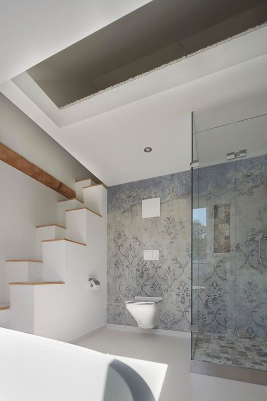 17 best images about wallpaper bathroom on pinterest for Wet wall bathroom design