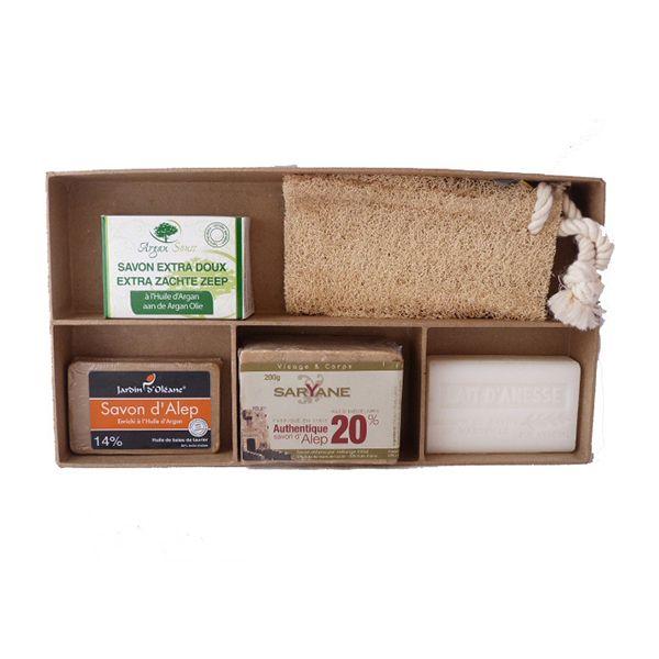 Ce coffret est composé de plusieurs savons naturels ainsi que d'une Loofah aveccordelette.  Le coffret est en carton dur recyclé. Vous pouvez l'offrir à vos proches ou amis. Possibilité de personnalisation par vos soins.  Ce coffret est composé de:  - 1 savon argan bio 100gr  - 1 Loofah avec cordelette  - 1 savon au beurre de karité & lait d'ânesse 125gr  -1 savon Alep-argan 100gr  - 1 savon d'alep 20% laurier 200gr