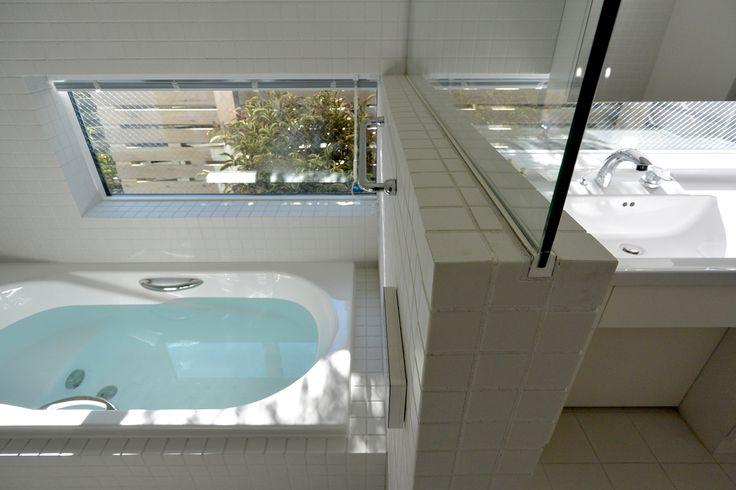 坪庭のある浴室