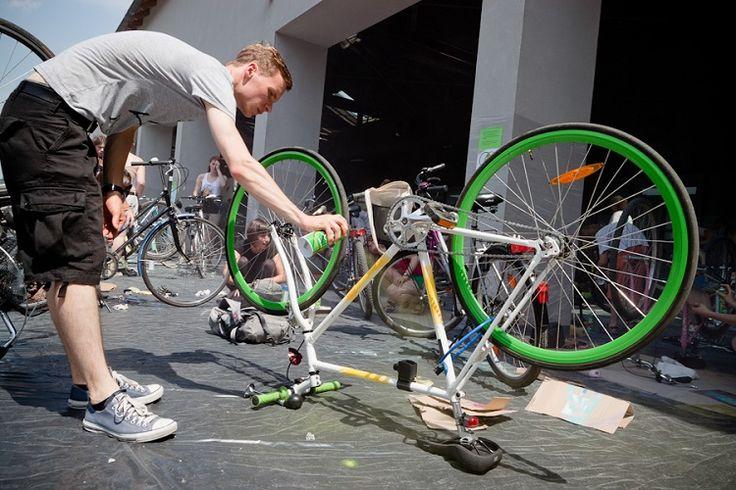 Najwyższy czas, żeby zadbać o rower wiosna zbliża się wielkimi krokami. Jeśli rower przez ostatnie kilka miesięcy nie był używany, a na dodatek przechowywany był w zimnej, w dodatku wilgotnej piwnicy, to musimy mu poświecić nieco czasu i uwagi, by solidnie przygotować go do jazdy.To jest też bardzo ważne ze względu na nasze bezpieczeństwo. Co