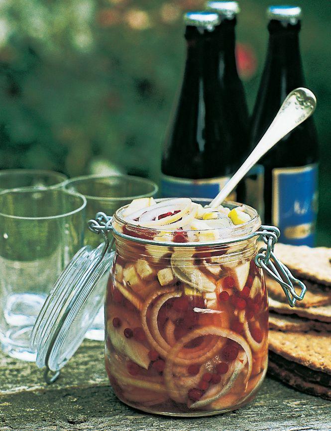 [ Lingonsill ] 1 burk. 420 g urvattnade skinnfria saltsillar / 2 silverlökar / 1 syrligt grönt äpple / 2 msk pepparrot, riven / ev lingon till garnering. { Lag } 3 dl vatten / 2 dl strösocker / ¾ dl ättika (24%) / 2 dl lingon (färska el frysta) | Koka upp vatten, socker, ättika, lingon. Låt kallna. Skölj sillfiléerna noga, skär i cm–tjocka bitar. Skiva löken tunt. Kärna ur, skala, tärna äpplet. Varva sill, lök, äpple, pepparrot, lag i burk. Låt stå minst 2 dygn m lock. Garnera m färska…