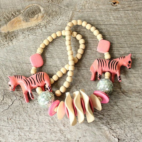 roze houten zebra ketting. jaren 1980 dierlijke totem ketting. stevige houten…