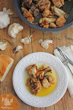 El pollo al ajillo es probablemente una de las recetas de pollo más tradicionales, y con unas patatas es un plato muy completo que gusta a toda la familia
