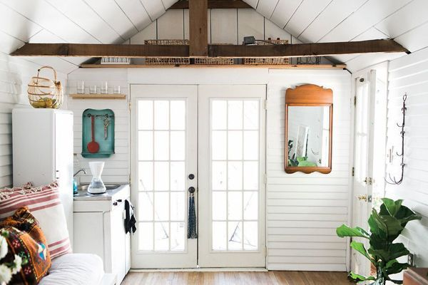 Good morning! I hope you had a great weekend? Keeping it real on a Monday with this teeny weeny bungalow in Berkeley, California. I mean really teeny weeny. Less than 200 square feet (60 square metre)