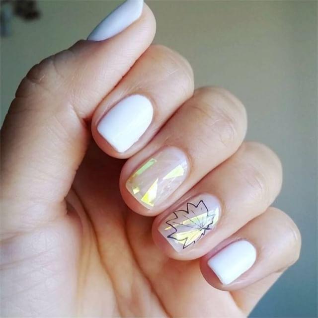 «Битое стекло» на ногтях: кто придумал маникюр, который хотят все и как сделать его дома самостоятельно? Читайте по ссылке в профиле или на GRAZIAMAGAZINE.RU!