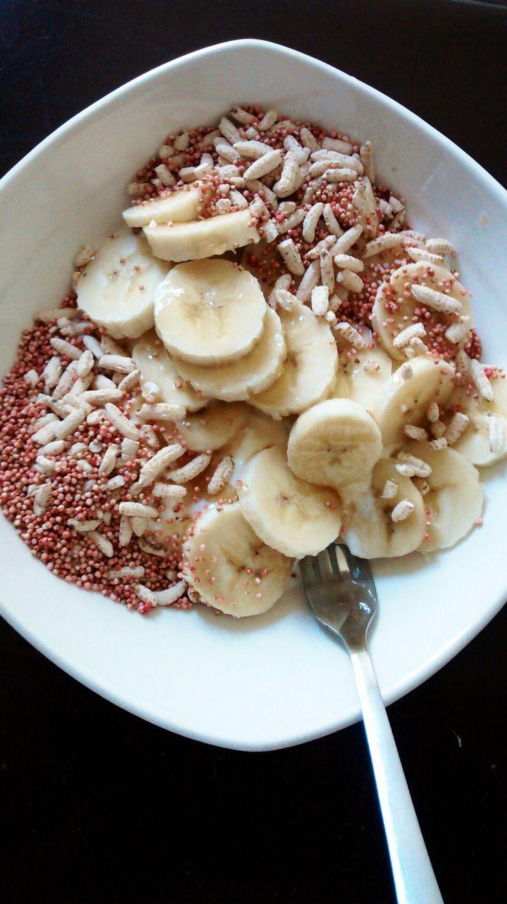 Yogurt Griego, pops de arroz inflado, Quinua de fresa y el toque mágico... miel! mmm