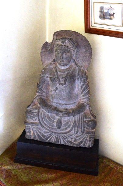 Grand bouddha Maitreya assis en schiste gris bleuté. Style Gandhara. Haut.: 33 cm.