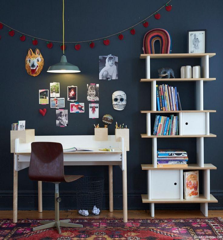 Bureau blanc dans une chambre d'enfant    #bureau #maison #deco #enfant #fille #garcon #petit #chambre #amenagement #rangement #planche #ecolier #bois #espace #amenager #etagere