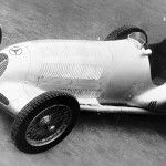 The Mercedes-Benz SSKL, an extremely successful racing car in the 1920s and early 1930s, had served its purpose, driving from success to success. A new age dawned from 1934: the project for the future was the W 25. As to its premiere, Daimler-Benz set its sights on the Avus and Eifel races in the run-up …