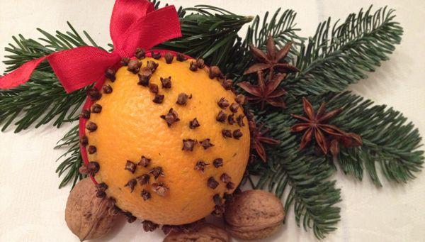 Die Adventszeit ist die Zeit der Düfte! Verwöhnen Sie Ihren Geruchssinn – zum Beispiel mit einer selbst gemachten Geruchskugel mit Weihnachtsduft!