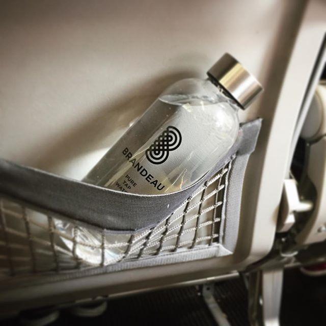 www.brandeau.ch I  Inflight-Tap-Water. ••• #brandeaubottles #wasser #water #wasserflasche #wassertrinken #wassergenuss #hahnenwasser #stilleswasser #flasche #tapbottle #tapwater #trinkflasche #takeawaybottle #togobottle #togo #takeaway #bpafree #tritanbottle #tritanflasche #bpafreebottle #airportzurich #flughafenzürich #airport #airportwater #inflight #inflightwater #swiss #swissairlines #boarding