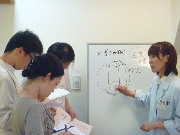 岡井志帆先生が腹診について講義。