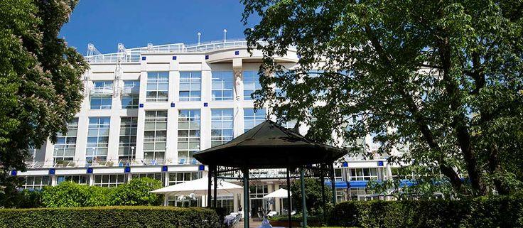 Côté hôtel, le Vichy Spa Hôtel Les Célestins***** vous propose un choix parmi 131 chambres et suites... Un élégant hôtel niché au cœur d'un parc, intégré au Vichy Thermal Spa Les Célestins par une passerelle, en bordure du Lac d'Allier et à deux pas des boutiques, de l'Opéra de Vichy, du Golf 18 trous...