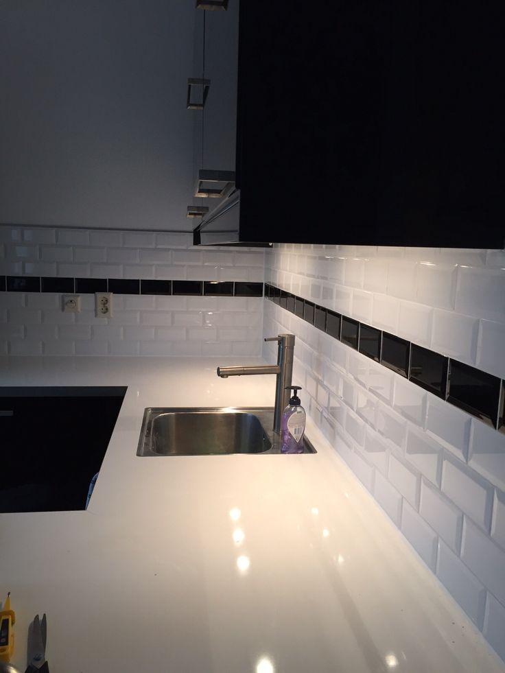 25 beste idee n over zwarte metro tegels op pinterest zwart betegelde badkamers parijse - Deco toilet zwart ...