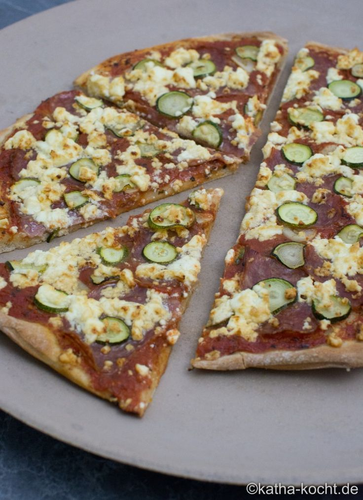 Salami Pizza mit Zucchini und Schafskäse - Katha-kocht!