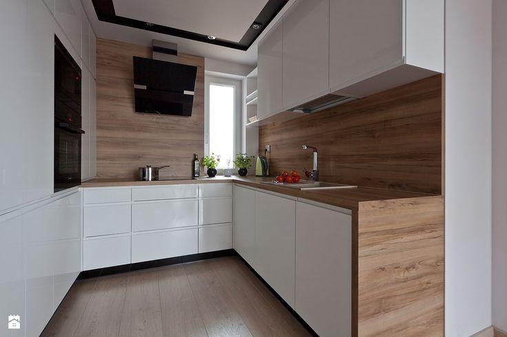 Cucina moderna piccola con mobili in bianco laccato lucido e piano lavoro, pavimenti e rivestimenti in legno