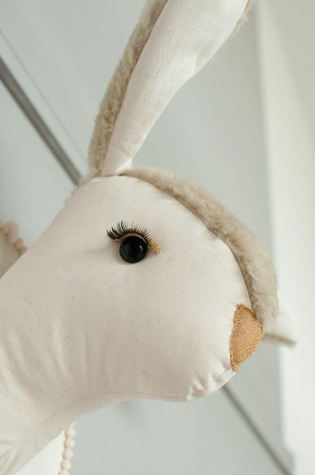 Doudou lapin des neiges géant en coton. On adore <3 Pour accompagner le tipi canadien de votre enfant, une déco originale et tendance, à retrouver sur DaWanda.com