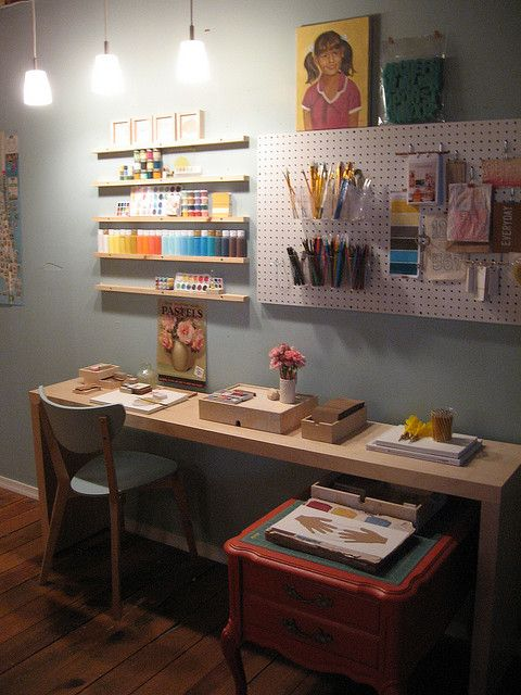 I'm working on my plan for my home office/studio and knew I wanted to use peg board. I love how it works in this space.