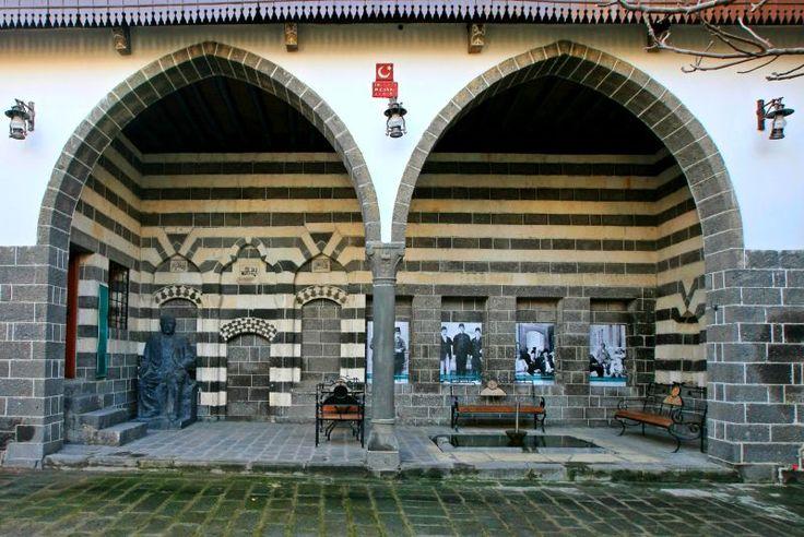 Ziya Gökalp Müzesi-Diyarbakırlı yazar Ziya Gokalp'ın doğup buyuduğu bu ev 1956 yılında muze haline getirilmiştir. Diyarbakır'daki sivil mimari orneklerinden biri olan yapı bazalt taştan iki katlı olarak 1806 yılında inşa edilmiştir. Haremlik ve selamlık olmak uzere iki bolum halinde Diyarbakır ev mimarisine uygun bir şekilde duzenlenmiştir.