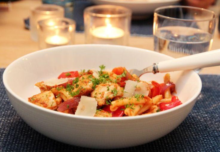 Kjappe og enkle pastaretter har reddet mang en travel ettermiddag hos oss, som for eksempel denne pastaretten med kylling, løk, paprika og rød pesto.