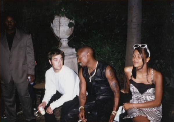 Tupac y Robbie Williams en un show de Versace en Italia en los 90's
