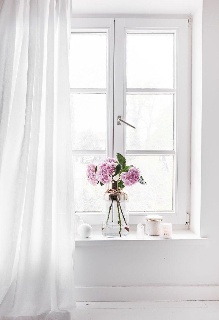 Sommerlicher Ausblick! Die Mundgeblasene Vase Julie sorgt für puristischen und eleganten Charme, der sie zum zeitlosen Interior-Liebling macht. Unser Tipp für ein Instagram reifes Arrangement: Dekorieren Sie die Vase mit einem Bund frischer Schnittblumen auf einem Stapel Coffeetable-Books oder stimmungsvollen Duftkerzen. // Fensterbrett Deko Ideen Vase Blumen Sommer Dekoration Schlafzimmer Wohnzimmer