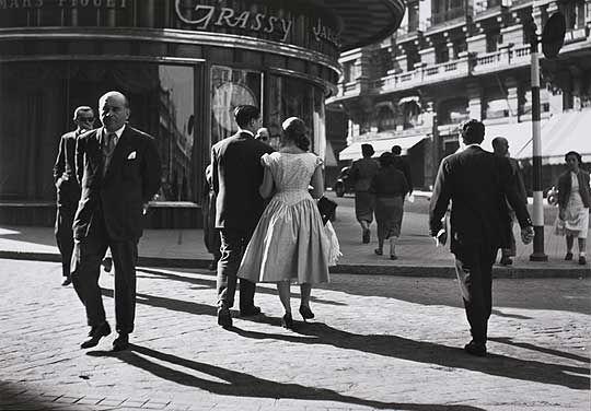 Los tesoros de Català- Roca PAREJA Una pareja pasea agarrada de la mano por la céntrica Gran Vía, en el Madrid de 1953.