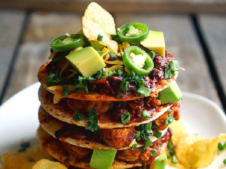 Тортильи с чили кон карне | Сухие кусочки чипсов из тортильи, сочный соус с курицей (или овощами на замену), свежий авокадо и много сыра. Это очень вкусно, необычное сочетание. Что сказать — мексиканцы знают во всём этом толк))).