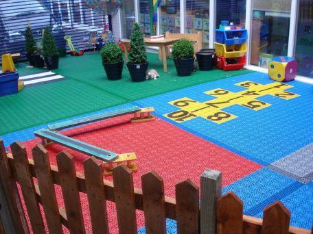 Kindertagestätte mit lustigen Kinderspielplatz mit Bergo Bodensystem aus PP-Kunststoff
