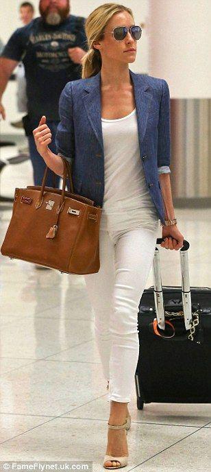 hvit jeggings og overdel, dongery jakke eller Filippa K Blazer, brun veske, blå sandaler. På vei ut av komfortsonen
