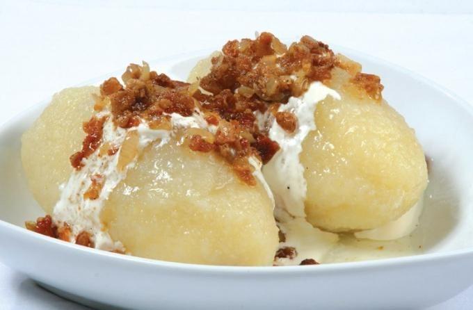 Cepelinai   8-12 шт большого картофеля мясной фарш 1 яйцо 1 ч.л. крахмала немного муки соль, перец по вкусу сливочное масло и сметана для оформления блюда