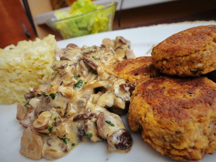 Kytičkový den - Šmakounové smaženky. Šmakouna nastrouháme, dochutíme špetkou uzené papriky a troškou kmínu, přidáme žloutek, trošku mletých oříšků na zahuštění, promícháme a tvarujeme placičky, které zprudka opečeme na olivovém oleji. Na zpěněné cibulce orestujeme hříbky, ochutíme solí a pepřem, zalejeme smetanou, provaříme a nakonec vmícháme petrželku. Příloha - květáková rýže - nahrubo nastrouhaný syrový květák opékáme na cibulce, dochutíme, mírně podlijeme a necháme vydusit.