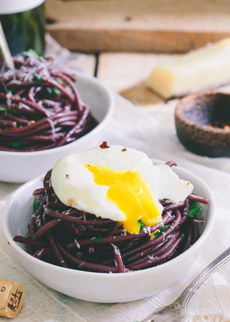 This red wine garlic bucatini is cooked in wine and then sautéed in a red wine garlic sauce. Top it with a soft boiled egg for a stunningly simple dinner.   @BarillaUS #GoOrangeWithBarilla #sponsored