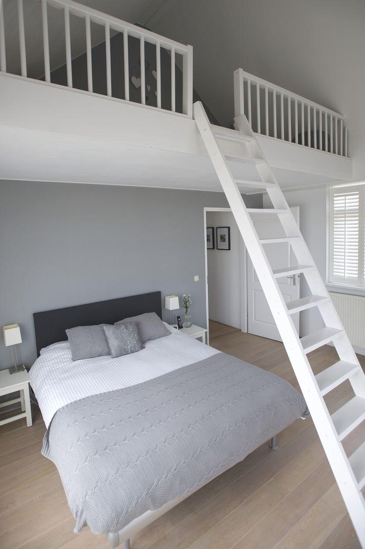 Masterbedroom met vide, eiken vloer in de witte olie, Frans balkon en witte shutters voor de ramen. Mosselaan 76 Egmond aan den Hoef. Foto Joost Hoving.