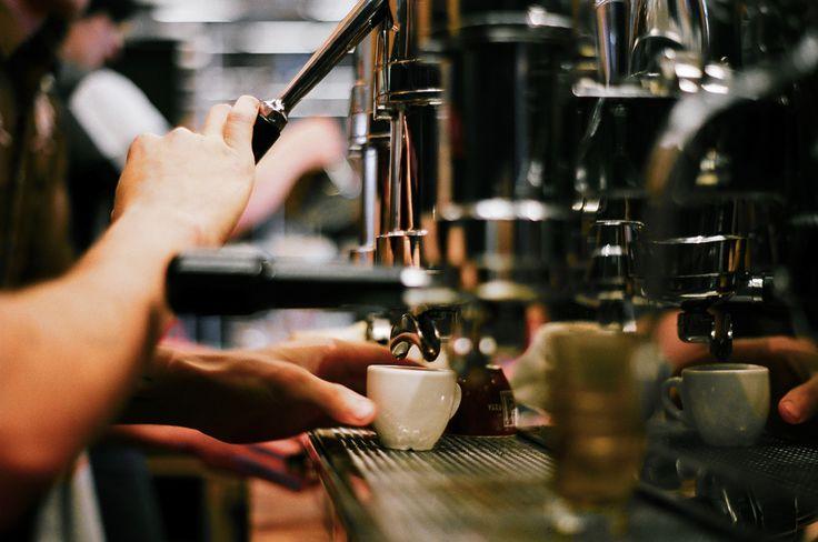 Industri kopi yang semakin berkembang semakin menuntut pelakunya untuk membutuhkan mesin espresso pula. Tapi mesin espresso gimana yang mereka butuhkan? MESKIPUN tujuan akhirnya sama-sama untuk membuat kopi tapi nyatanya mesin espresso tidaklah sesimpel itu. Ada berbagai tipe mesin espresso yang dic…