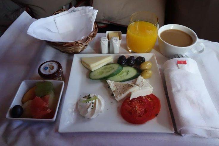 Sabah kahvaltısı talebiniz ise geceden alınıyor. Yumurtanızın nasıl pişeceği, hangi peyniri istediğiniz, içecek talebinize özel sizin kahvaltınız hazırlanıyor ve istediğiniz saatte sunuluyor... Daha fazla bilgi ve fotoğraf için; http://www.geziyorum.net/thy-business-class/