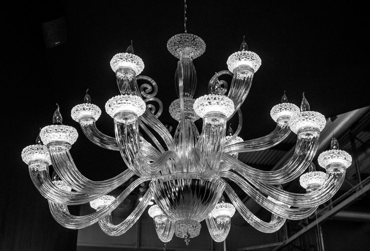 Leucos AURELIANA design by Centro Stile. Chandelier with 9 or 18 arms, blown and handmade glass, transparent. Structure in silver.