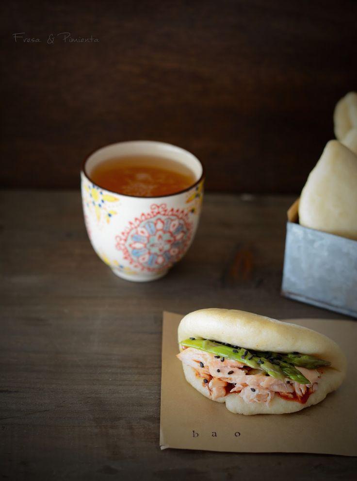 fresa & pimienta: Bao Buns de aceite de coco, salmón al vapor con lemongrass, espárragos y kimchi.