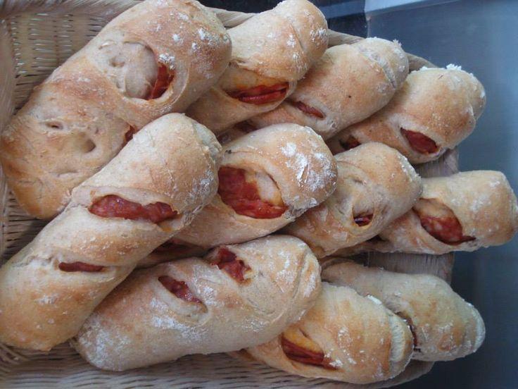 Le pain au chorizo est délicieux, idéal pour les collations! Voici comment les faire de manière simple et appétissant! Essayez.