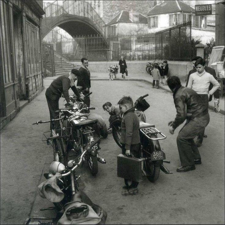 La vie de tous les jours dans la rue de la Mare, photographiée par Robert Doisneau vers 1955 (Paris 20ème)