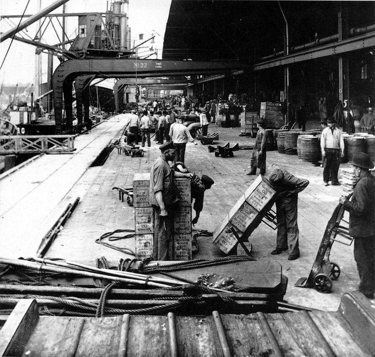Kaiarbeiter an den 50er Schuppen, um 1900 https://de.wikipedia.org/wiki/Hamburger_Hafen