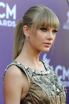 Taylor Swift brilló en la alfombra roja de los Country Music Awards 2013 con una coleta a media altura, pulida por la parte trasera pero con el flequillo y algunos mechones enmarcando el rostro.