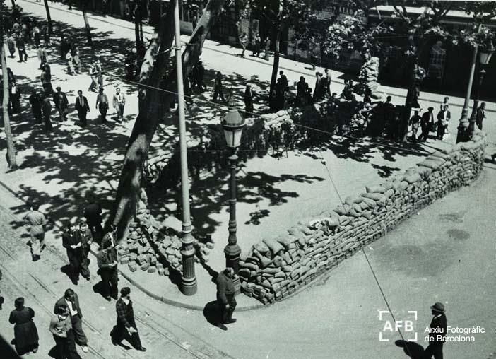Fets de maig de 1937. Fotos de les Rambles, obra de Pérez de Rosas en la qual s'il·lustren els enfrontaments entre les forces d'ordre públic de la Generalitat de Catalunya, amb el suport de milicians del PSUC, de la UGT i d'Estat Català, contra milicians de la CNT i la FAI, amb el suport del POUM.