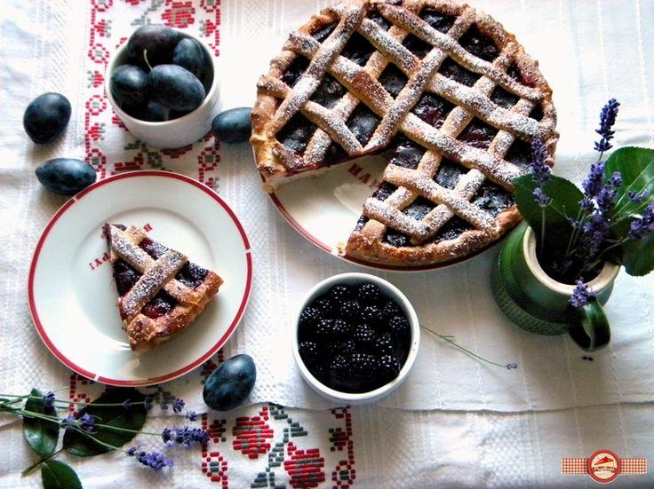Prune parfumate, prune zemoase, prune dulci, prune peste tot. Este sezonul lor si trebuie sa ne bucuram din plin de ele.  Dupa ce am facut malai cu prune, galuste cu prune, magiun pentru iarna acum am zis ca e vremea de o placinta …
