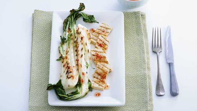 Ben je op zoek naar een vegetarisch Aziatisch hoofdgerecht met paksoi? Dan is dit recept echt iets voor jou. In deze video zie je hoe je stap voor stap paksoi met tofu maakt. Paksoi met pittig-zoet gemarineerde tofu makenSnijd het steeltje van 1 rode peper. Halveer de peper in de lengte en verwijder met een scherp mesje de zaadlijsten. Snijd in kleine stukjes. Meng de peper met 2 eetlepels rijstolie en 4 eetlepels chilisaus mango en ananas. TofuSnijd 375 g tofu in plakken van een halve cm…