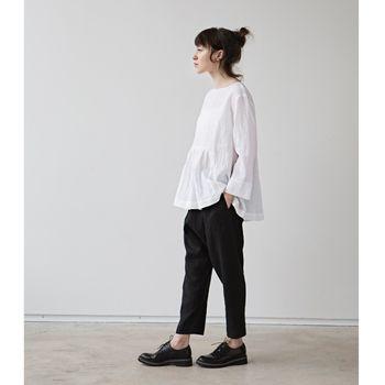細身のシルエットのサルエルパンツは合わせやすく便利。 着こなしにどこか抜け感を持たせてくれます。