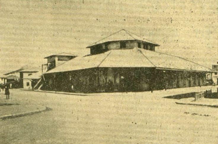 Η Δημοτική Αγορά του Βύρωνα (1924-28). Είναι η διασταύρωση της Λεωφόρου Χρυσοστόμου Σμύρνης με την οδό Ευαγγελικής Σχολής.
